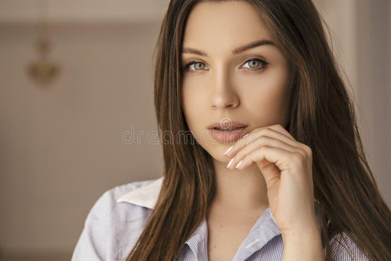 在家穿黑发白种衬衫的女人 完美的脸 她摆出性感的姿势 晨象 库存图片