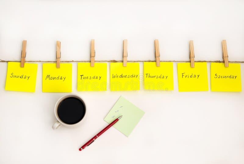 笔记贴纸,提醒每周 带有绘画情感的有趣笔记,反映每周的日子 星期一、星期二 免版税库存图片