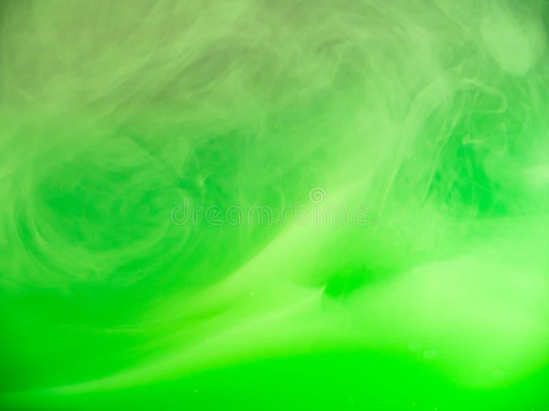 E r r 溶化入水的绿色丙烯酸漆,抽象 免版税库存照片