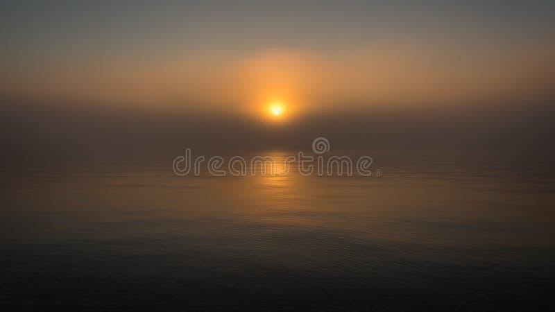 Красный эпический закат над озером с отражением Спокойная вода и живописное небо объединяются в тумане стоковое фото