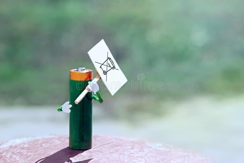 概念电池 电池装有一张空海报,废弃电气和电子设备WEEE 蓝色绿色背景wi 免版税库存图片