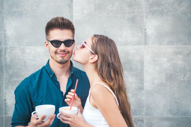 Wat er nog meer te doen is dan kussen Vriendje en vriendje hebben espresso samen gedronken Een paar vrouwen en mannen met stock afbeelding