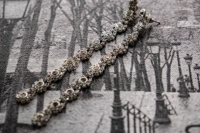 Earringen en choker, juwelen voor meisjes Juwelen en accessoires op zwarte en witte achtergrond Mode en stijl in grijze tonen stock foto's