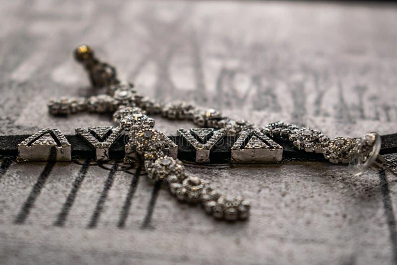 Earringen en choker, juwelen voor meisjes Juwelen en accessoires op zwarte en witte achtergrond Mode en stijl in grijze tonen royalty-vrije stock foto's