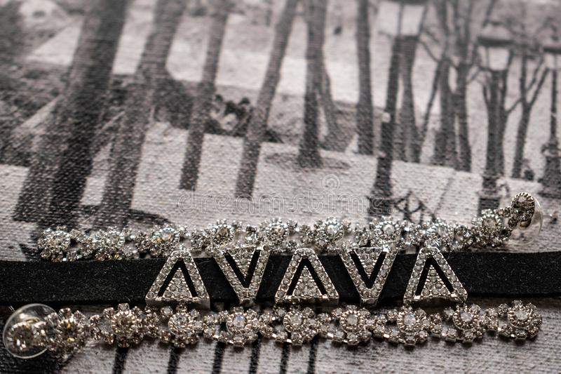 Earringen en choker, juwelen voor meisjes Juwelen en accessoires op zwarte en witte achtergrond Mode en stijl in grijze tonen royalty-vrije stock foto