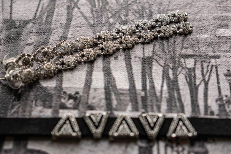 Earringen en choker, juwelen voor meisjes Juwelen en accessoires op zwarte en witte achtergrond Mode en stijl in grijze tonen royalty-vrije stock afbeeldingen