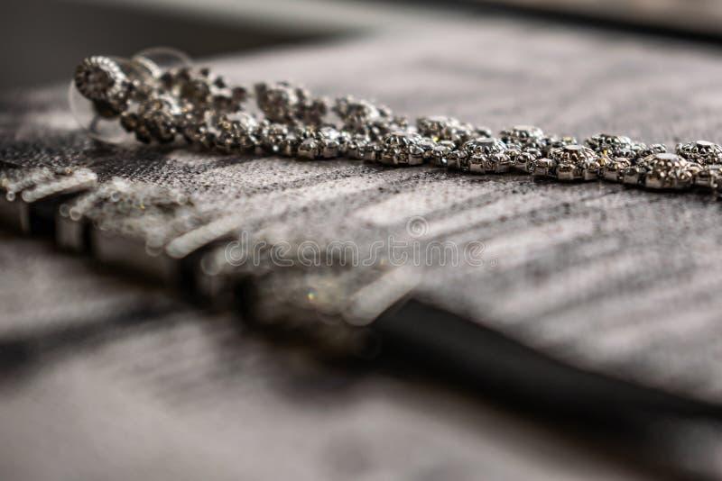 Earringen en choker, juwelen voor meisjes Juwelen en accessoires op zwarte en witte achtergrond Mode en stijl in grijze tonen royalty-vrije stock fotografie
