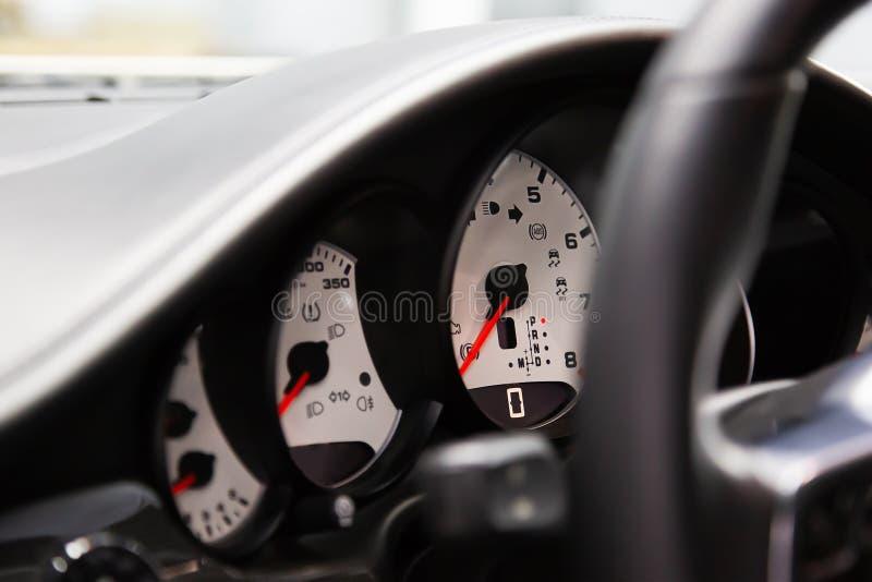 Aan boord van een computer en wit dashboard van een luxe premium sedan Tachometer, snelheidsmeter, olieniveau Rode pijlen op het  royalty-vrije stock afbeeldingen