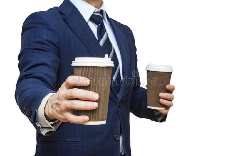 Homme d'affaires proposant du café en tasse de papier. Le commerçant offre une tasse de café. Homme d'affaires tenant deux tass photos stock
