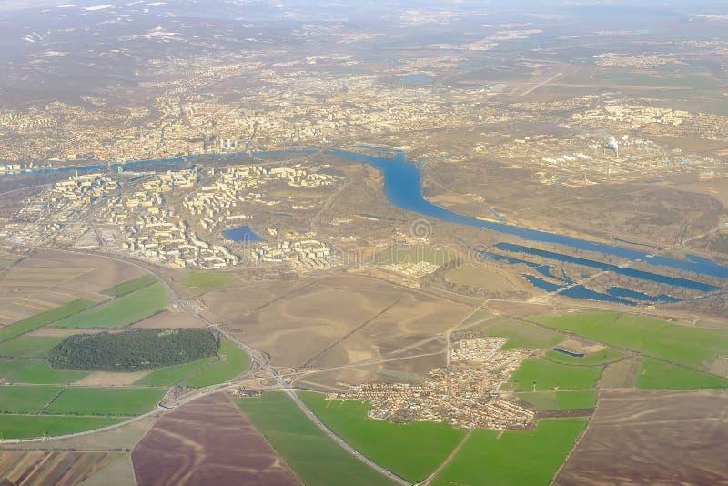 Bellissima vista aerea di Bratislava Capitale della Repubblica slovacca paesaggio urbano da aereo Panorama del fiume Danubio fotografia stock libera da diritti
