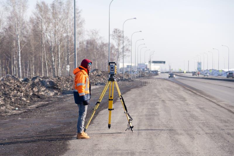 Russie Kemerovo 2019-03-15 Matériel d'arpenteur des terres et de la construction Geodesist contrôle le total robotique de la stat photos stock