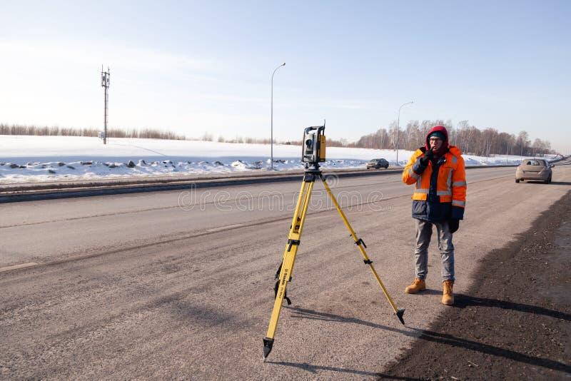 Russie Kemerovo 2019-03-15 Matériel d'arpenteur des terres et de la construction Geodesist contrôle le total robotique de la stat photographie stock libre de droits