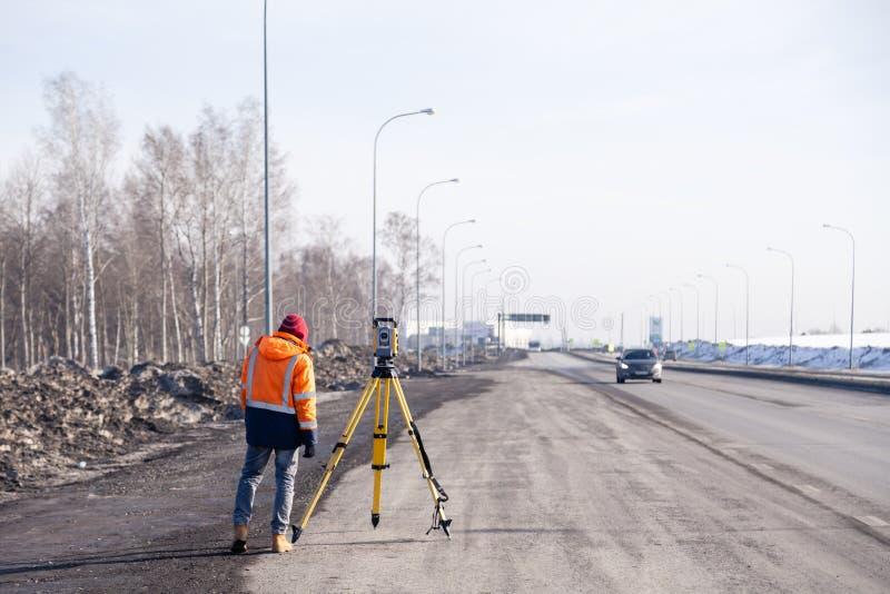 Russie Kemerovo 2019-03-15 Matériel d'arpenteur des terres et de la construction Geodesist contrôle le total robotique de la stat photo stock