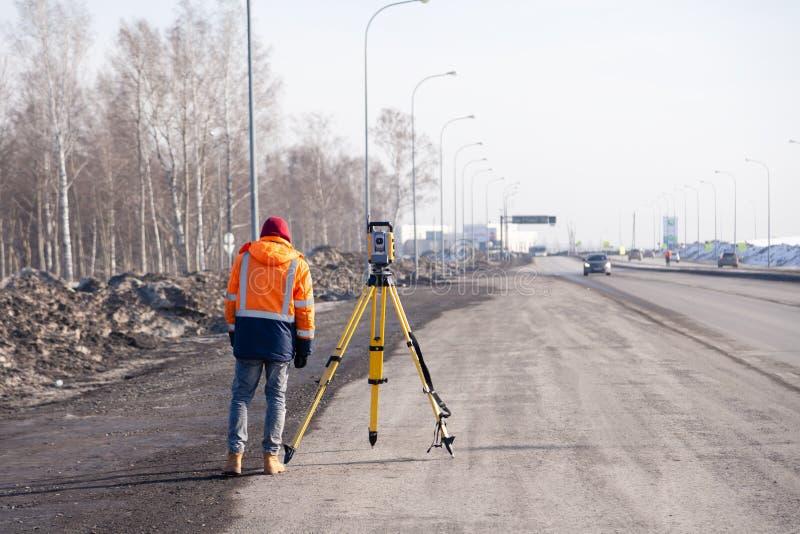 Russie Kemerovo 2019-03-15 Matériel d'arpenteur des terres et de la construction Geodesist contrôle le total robotique de la stat images stock