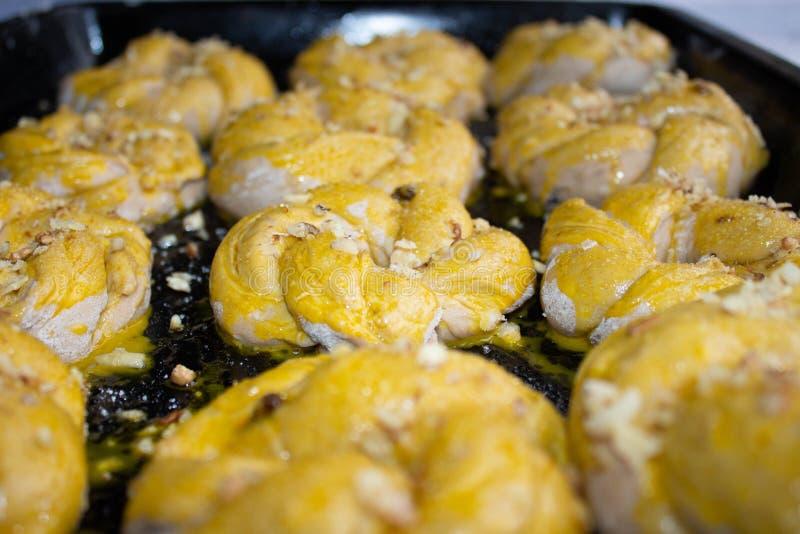 自制的坚果洒包 带自制糕点的糕点 用坚果烘焙自制饼干和松饼 库存图片