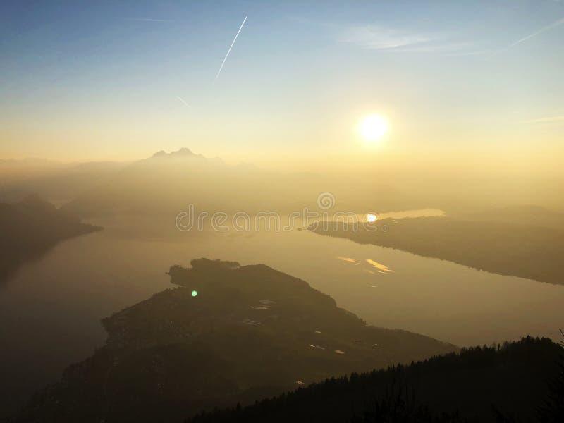 Una vista de la puesta del sol hermosa sobre el lago del ssnachtersee de los lagos Alfalfa Vierwaldstättersee y del ¼ de Kà de l fotografía de archivo libre de regalías