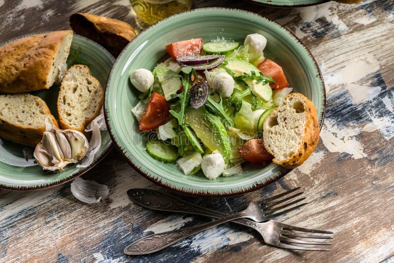 Ιταλική σαλάτα λαχανικών με αβοκάντο, ντομάτες κεράσι, τυρί arugula και mozzarella Νόστιμο και υγιεινό φαγητό Μεσογειακές χώρες στοκ φωτογραφίες με δικαίωμα ελεύθερης χρήσης