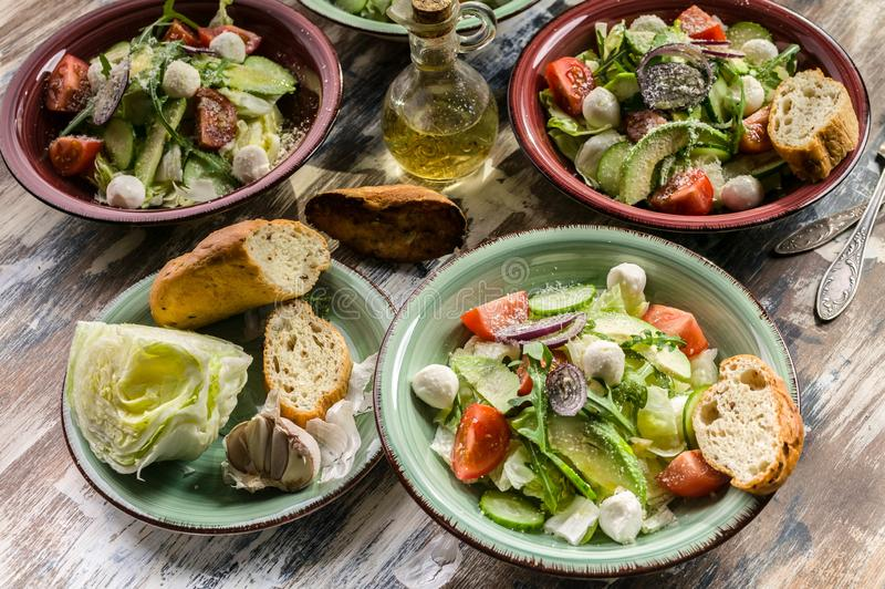 Σαλάτα λαχανικών Νοστιμότατη σαλάτα με αβοκάντο, ντομάτες κεράσι, arugula και τυρί mozzarella Νόστιμο και υγιεινό φαγητό στοκ φωτογραφίες