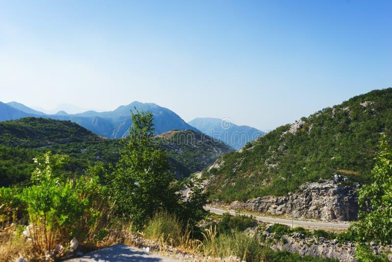Ταξίδι με το αυτοκίνητο Καλός δρόμος ασφάλτου στα βουνά E στοκ εικόνα