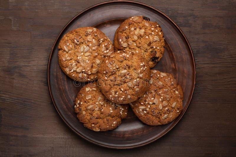 Biscotti di farina d'avena con sesamo su un piatto fotografia stock libera da diritti