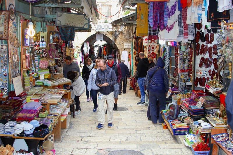 Февраль 2019, базар souk людей ходя по магазинам, старый город Иерусалима стоковое изображение