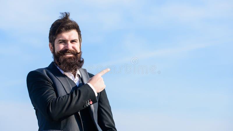 Руководитель проекта Бизнесмен против неба зверский кавказский хипстер с усиком Зрелый хипстер с бородой стоковая фотография