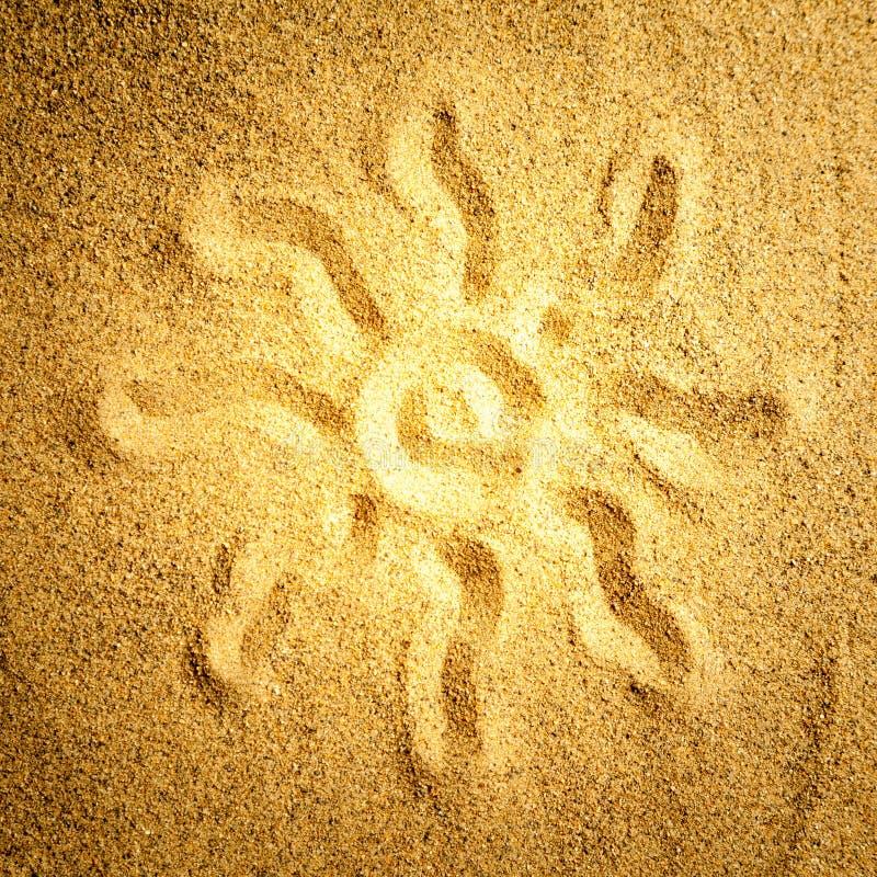 在沙子的太阳 皇族释放例证