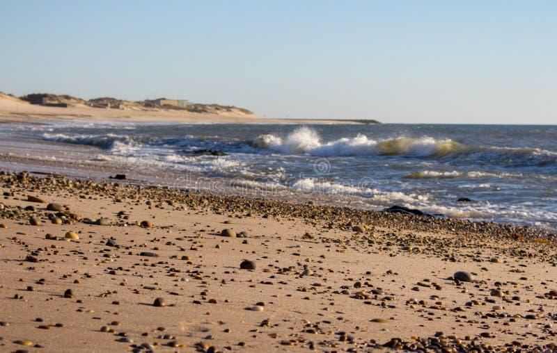 E r 空的沙滩 剧烈的海岸线 库存图片
