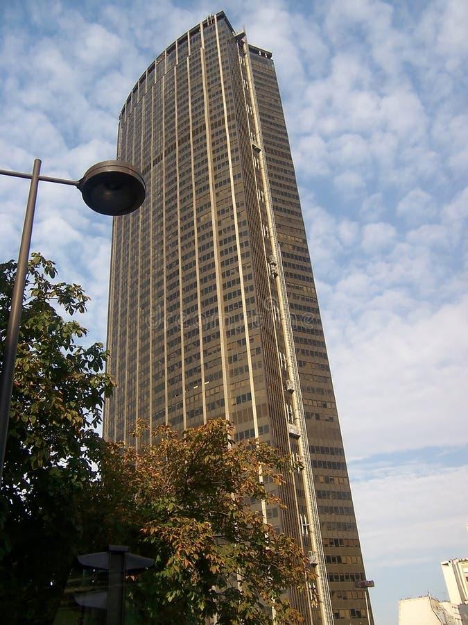 巴黎,法国8月06日2009年:蒙巴纳斯塔的低角度视图在巴黎,法国 免版税库存照片