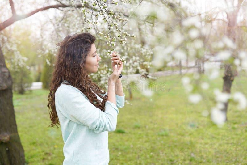 花园春色少女 复制空间 快乐的年轻女人 免版税库存图片