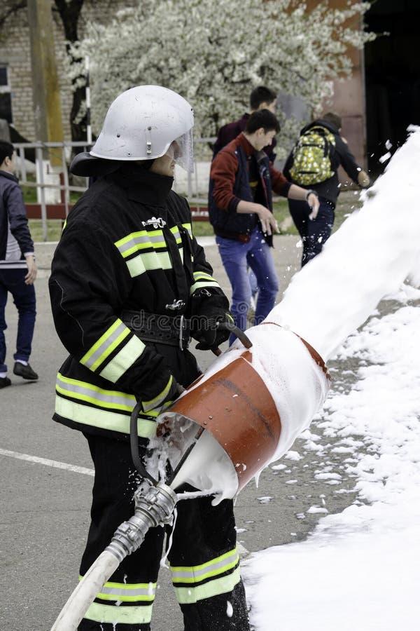 04 24 2019 Divnoye, territoire de Stavropol, Russie Manifestations de sauveteurs et de pompiers d'un service local d'incendie dan image stock