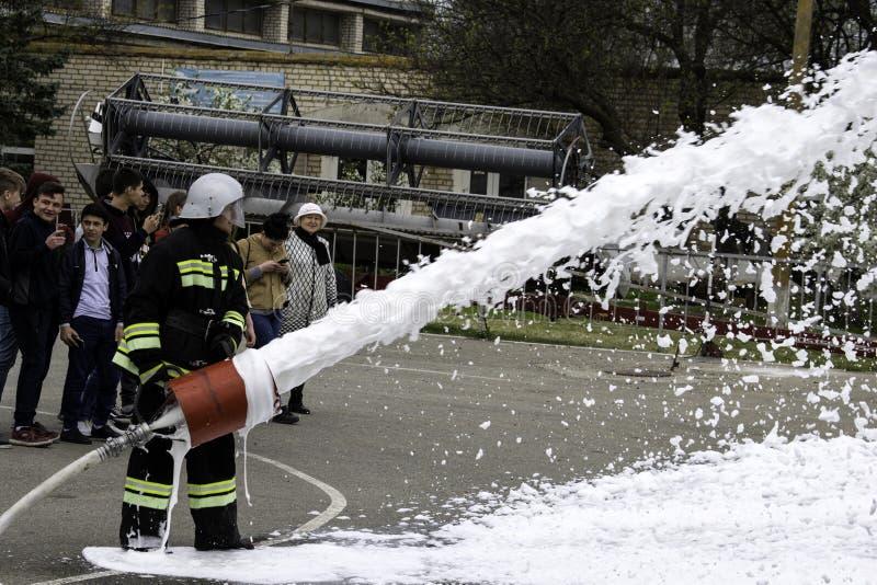 04 24 2019 Divnoye, territoire de Stavropol, Russie Manifestations de sauveteurs et de pompiers d'un service local d'incendie dan photo stock