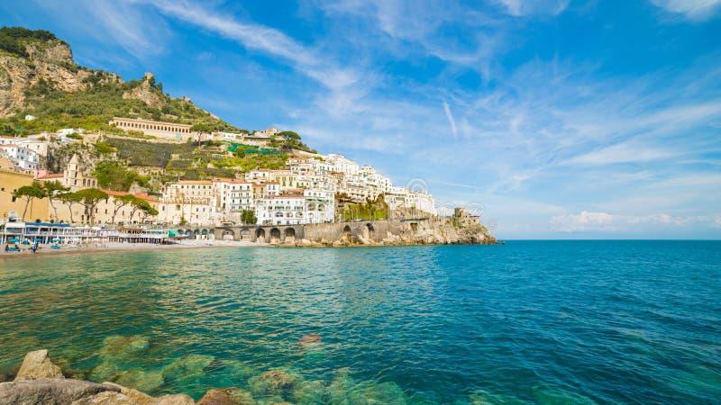 萨莱诺省的美丽的海滨城市阿马飞,在褶皱藻属的区域,意大利 免版税图库摄影
