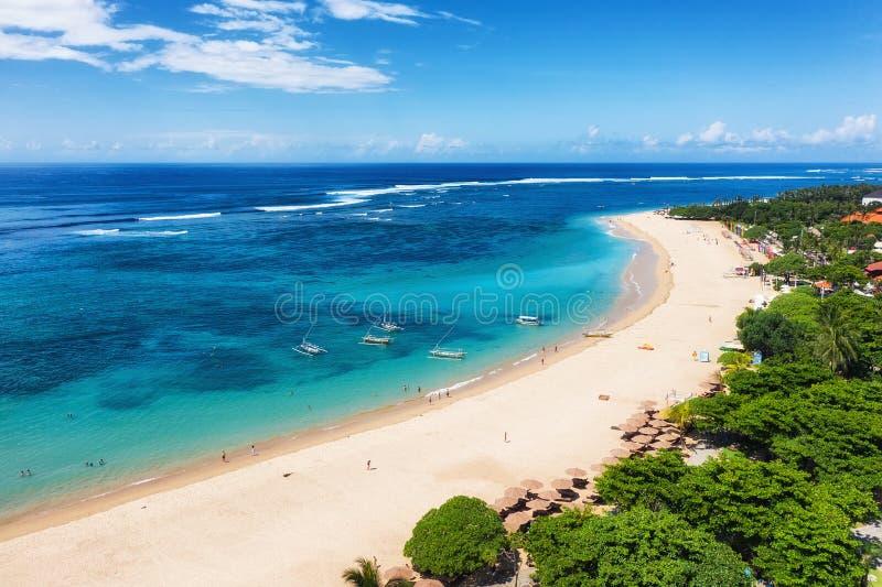 在海滩和海洋的鸟瞰图 E r : 库存图片