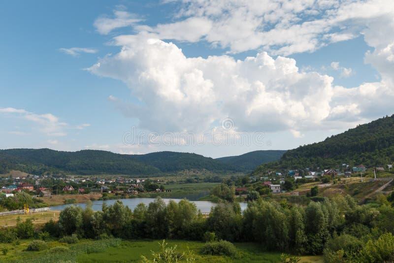 在山的农村风景 图库摄影