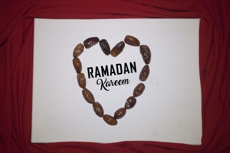 Ramadan Kareem红色背景 装饰斋月卡里姆假日背景 穆巴拉克回教节土耳其:拉马兹 图库摄影