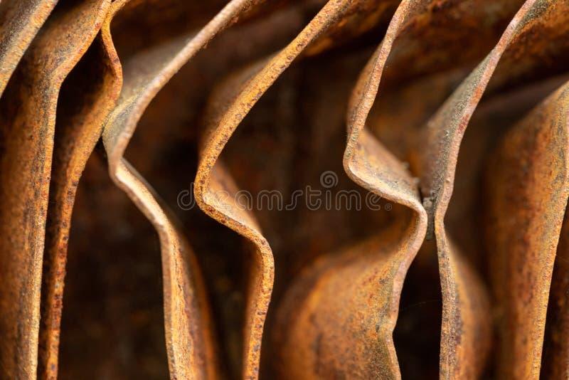 如画的生锈金属曲面 弯曲的锈金属板 工业抽象 免版税库存照片