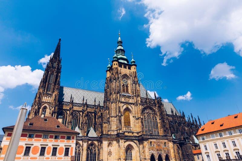布拉格、贝尔哥特式塔楼和圣维图斯大教堂 圣维图斯是捷克布拉格的一座罗马天主教堂 全景 库存照片