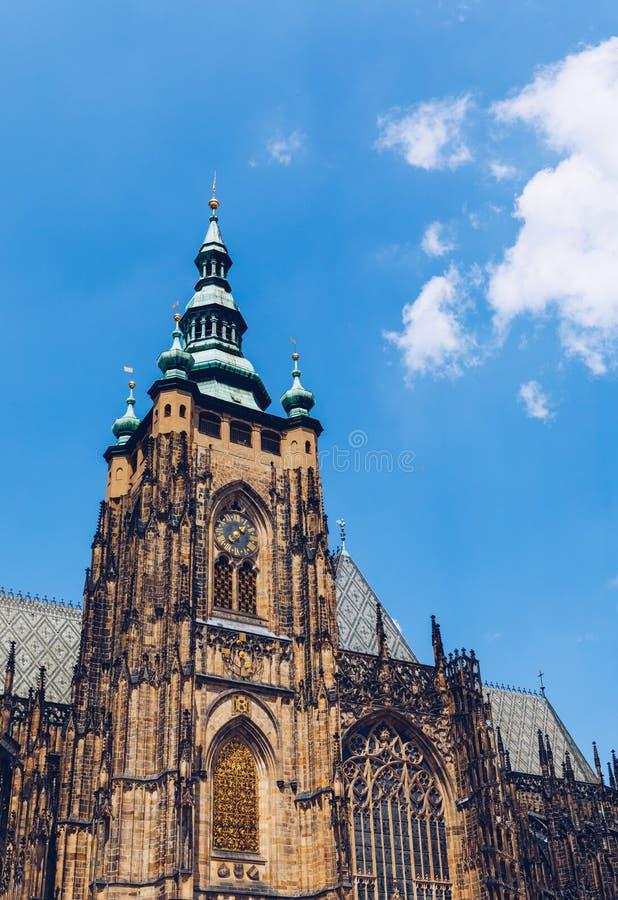 布拉格、贝尔哥特式塔楼和圣维图斯大教堂 圣维图斯是捷克布拉格的一座罗马天主教堂 全景 库存图片