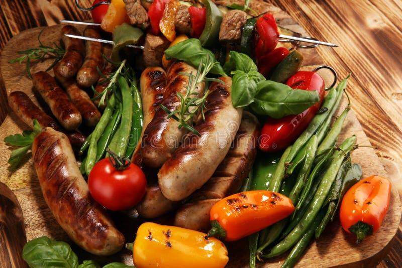 烤肉配菜美味烤肉 烤猪肉馅或烤羊肉串用蔬菜串 食物 库存照片
