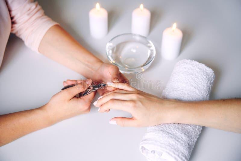Ομορφιά των νυχιών Γυναίκες χεράκια που λαμβάνουν θεραπεία φροντίδας νυχιών από επαγγελματία ειδικό περιποίησης νυχιών Μανικουρίτ στοκ φωτογραφία με δικαίωμα ελεύθερης χρήσης