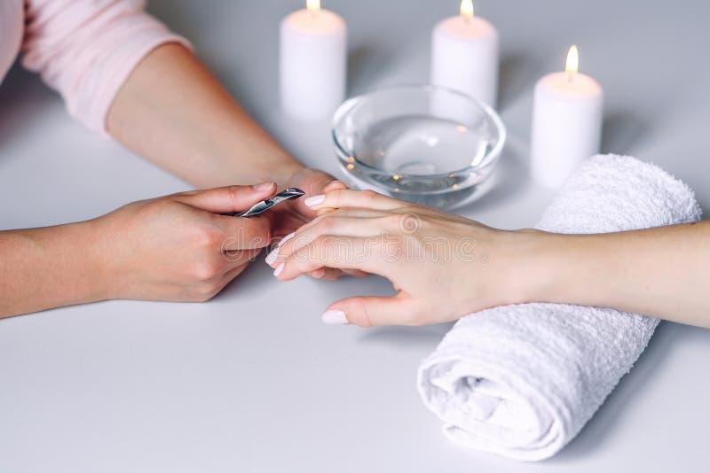 Ομορφιά των νυχιών Γυναίκες χεράκια που λαμβάνουν θεραπεία φροντίδας νυχιών από επαγγελματία ειδικό περιποίησης νυχιών Μανικουρίτ στοκ φωτογραφίες
