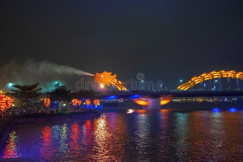 Dragon bridge i Da Nang, Vietnam, på natten Dragningen blåste upp heta eld ur munnen En berömd attraktion i Da Nang royaltyfria foton