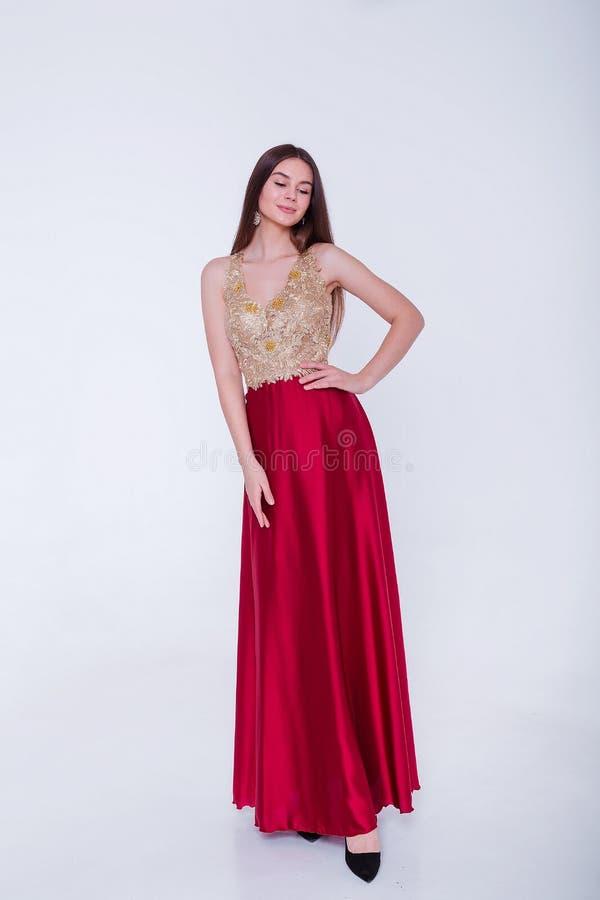 Όμορφη μελαχρινή γυναίκα μοντέλο με βραδινό φόρεμα Όμορφο πολυτελές μακιγιάζ και στυλ μαλλιών Σαγηνευτική σιλουέτα κοριτσιών στοκ εικόνες