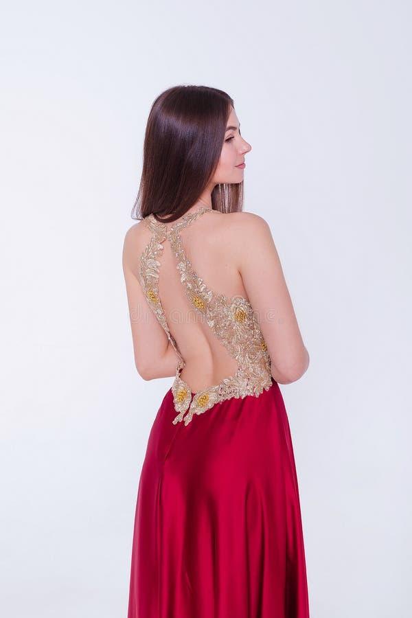 Όμορφη μελαχρινή γυναίκα μοντέλο με βραδινό φόρεμα Όμορφο πολυτελές μακιγιάζ και στυλ μαλλιών Σαγηνευτική σιλουέτα κοριτσιών στοκ φωτογραφίες με δικαίωμα ελεύθερης χρήσης