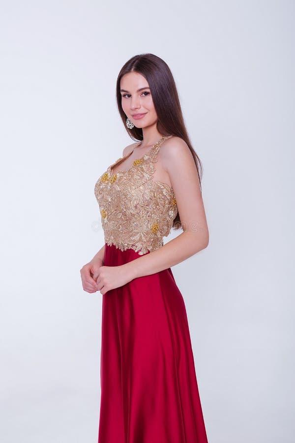 Όμορφη μελαχρινή γυναίκα μοντέλο με βραδινό φόρεμα Όμορφο πολυτελές μακιγιάζ και στυλ μαλλιών Σαγηνευτική σιλουέτα κοριτσιών στοκ εικόνα με δικαίωμα ελεύθερης χρήσης