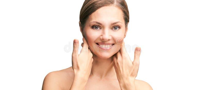 Φυσικό όμορφο πορτραίτο με χέρια Πρόσωπο ώριμης γυναίκας στην καλλυντική Καλλυντική κρέμα Φροντίδα δέρματος Κομψό κορίτσι στοκ φωτογραφία