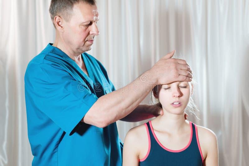 Ο σπλαχνικός γιατρός ασχολείται με τη μη αυτόματη επεξεργασία του κρανίου μιας νεαρής κοπέλας. Εναλλακτική ιατρική Πρόληψη της υγ στοκ φωτογραφίες με δικαίωμα ελεύθερης χρήσης