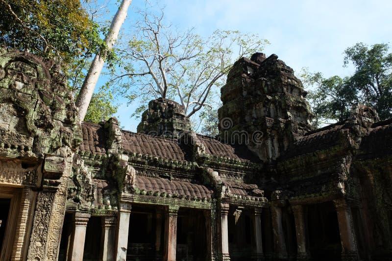 Ruines d'un ancien bâtiment khmer Maison en pierre décorée de magnifiques sculptures Monument de l'art architectural médiéval images stock