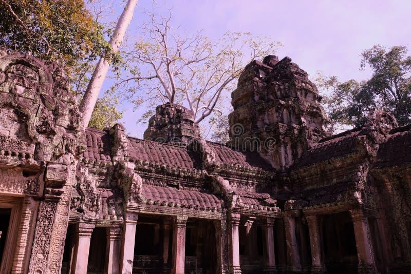 Ruines d'un ancien bâtiment khmer Maison en pierre décorée de magnifiques sculptures Monument de l'art architectural médiéval photo stock